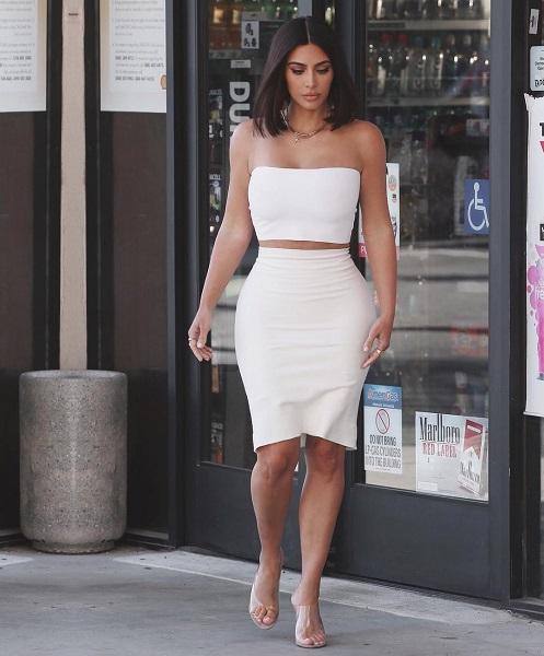 Ким Кардашьян разрушила все мифы о белой одежде и больших формах. Он ей идет!