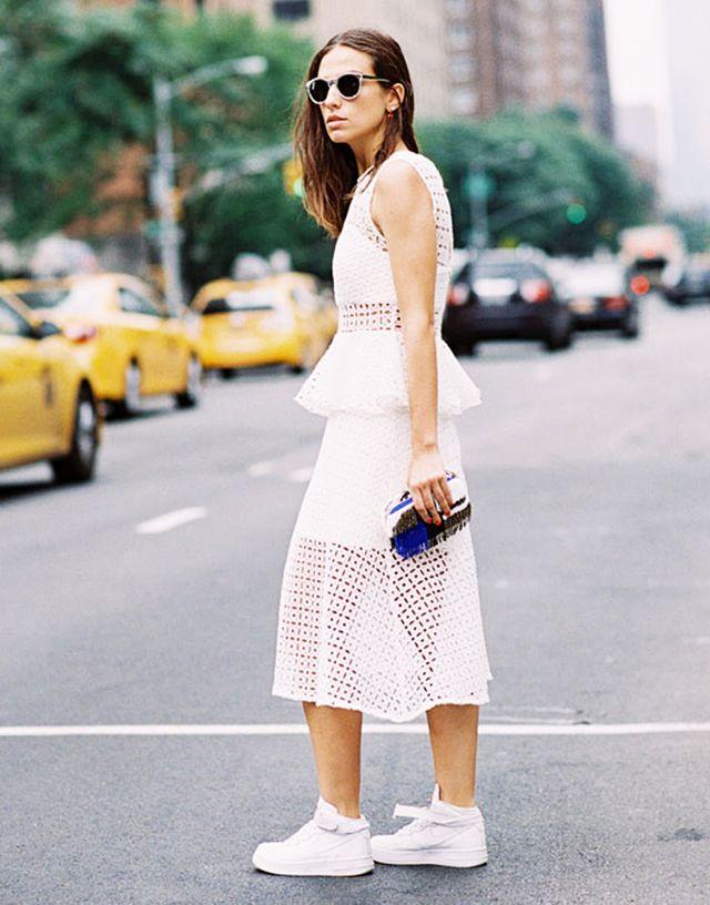 Эти 5 образов научат вас носить белые сникерсы так, чтобы все вокруг завидовали