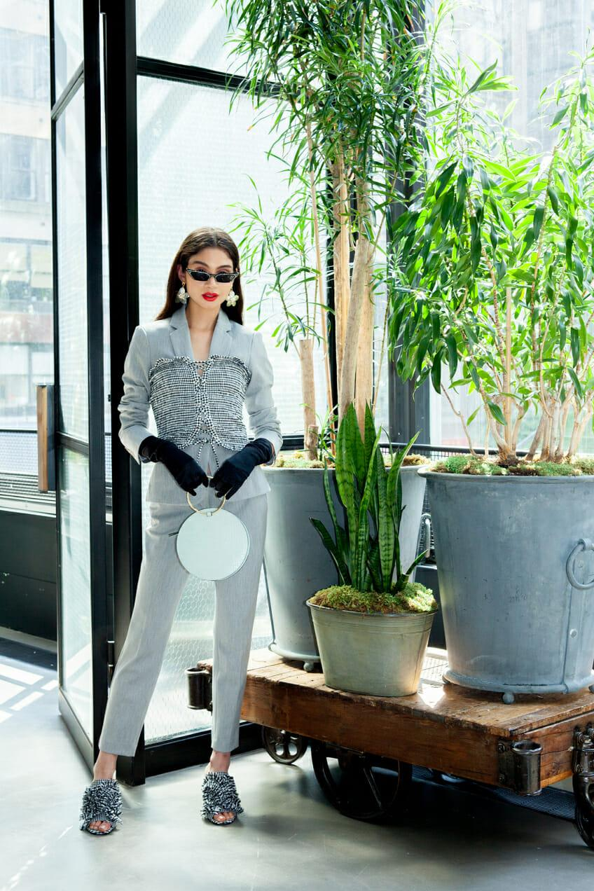 Рубашка, корсет и сверкающие пайетки: 3 супер идеи, как носить строгий костюм не как все