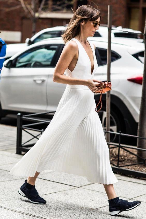 Само очарование: 7 стильных идей, как носить белое платье этим летом и быть на высоте