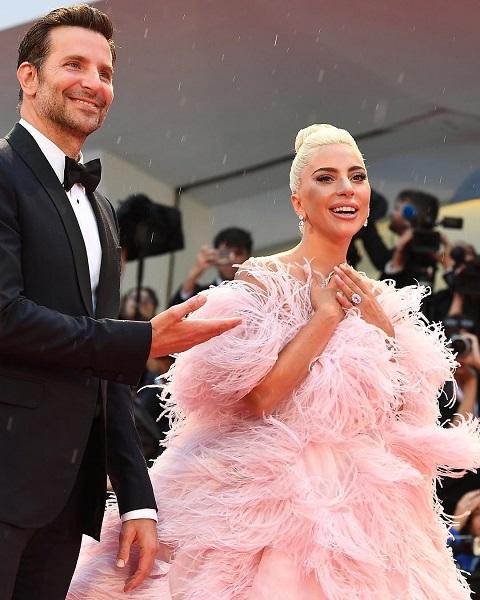 Неподражаемая: эффектный выход Леди Гаги на Венецианском кинофестивале