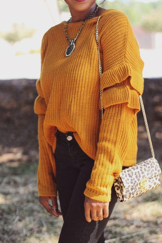 8 уютных образов с трендом этой осени — горчичным свитером