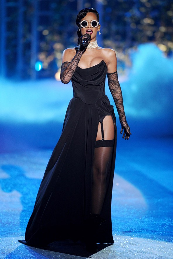 Сексуально и смело: выход Рианны на шоу Victoria Secret запомнят надолго