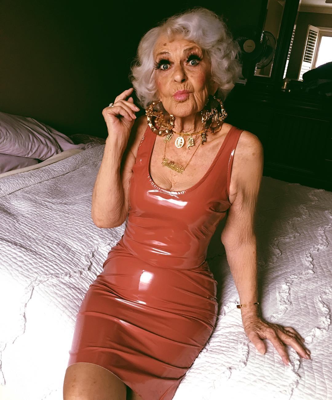 Эта бабуля покорила Интернет, ведь она не стесняется оголять плечи и ярко краситься