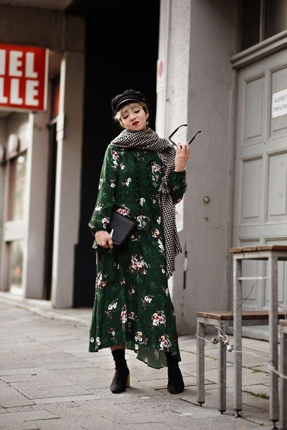 7 идей, как носить платье в цветочек с сапогами и затмевать всех вокруг