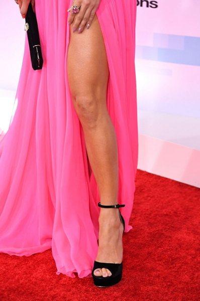 Талия не та, да и ноги потолстели: открытое платье подчеркнуло возраст Дженнифер Лопес на American Music Awards