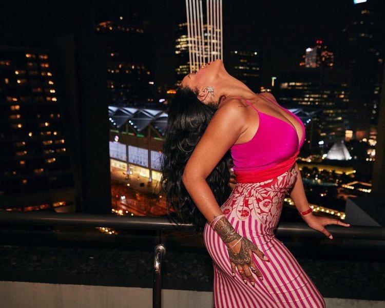 Рианна в ярком платье с глубоким декольте снова сразила фанатов наповал