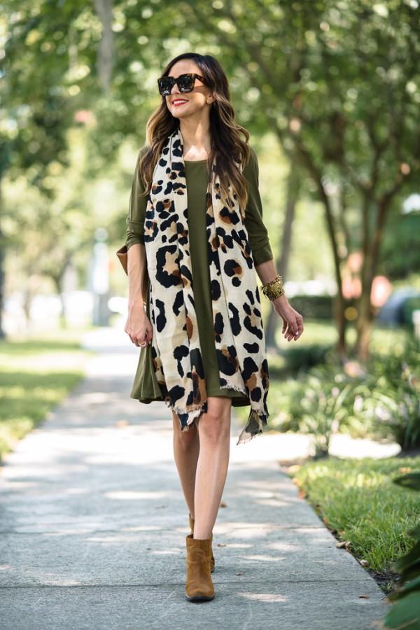 9 стильных примеров, как носить легкие платья осенью и не выглядеть безвкусно