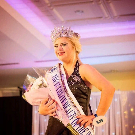 Девушка с синдромом Дауна победила на конкурсе красоты и стала Мисс Красоты и Обаяния