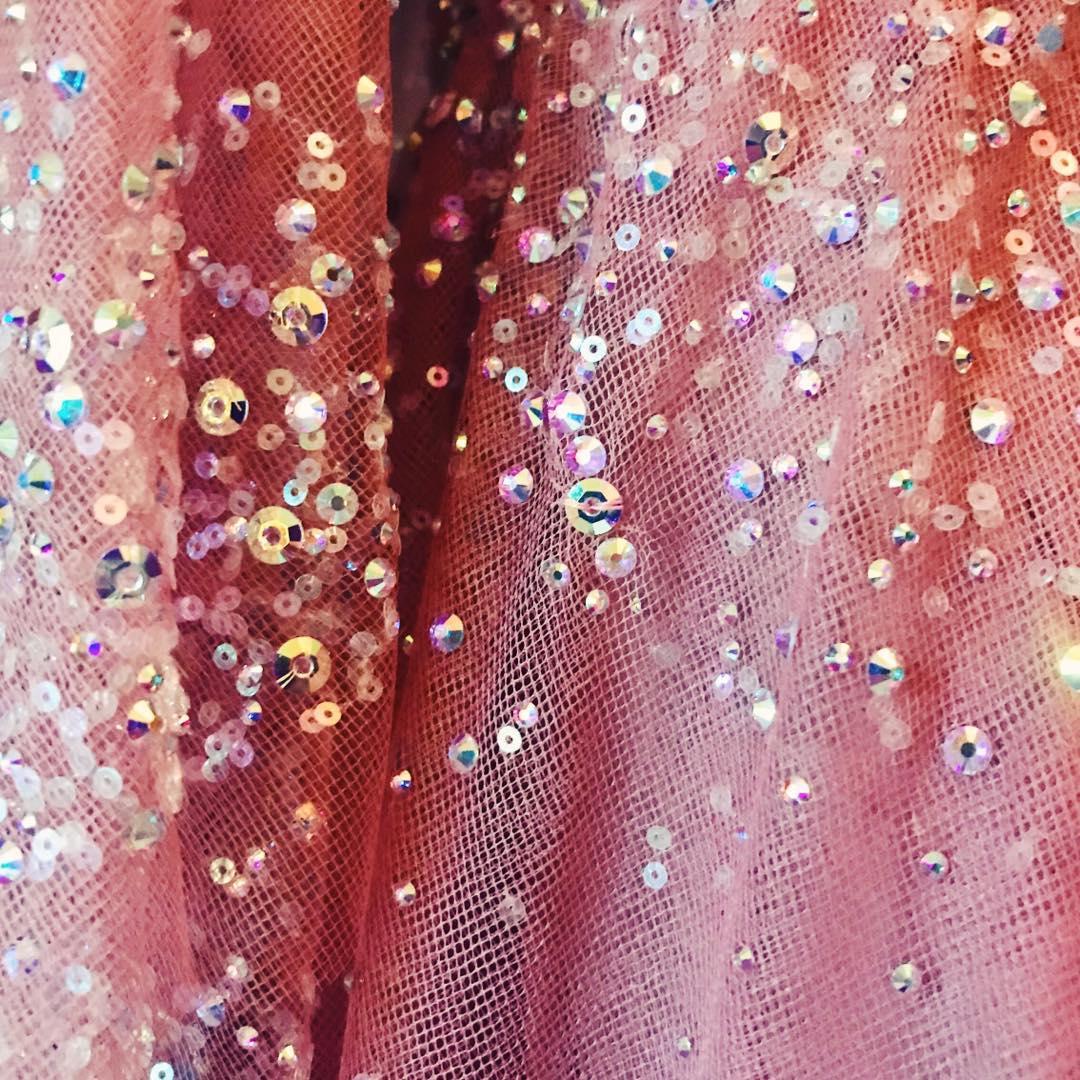 Шикарная Дакота Джонсон покорила публику сверкающим розовым платьем от Gucci