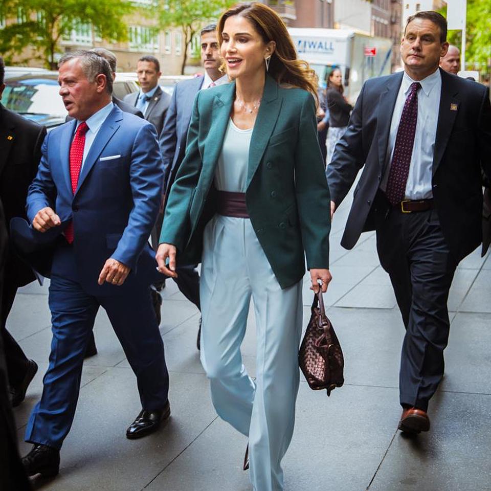 Как носить голубой, изумрудный и бордо: самый лучший образ для осени от королевы Рании