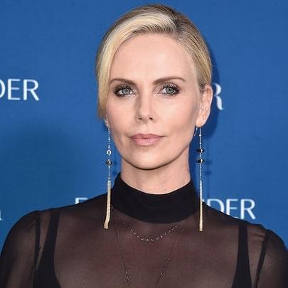 Шарлиз Терон элегантно показала, как блондинкам носить черный и выглядеть шикарно