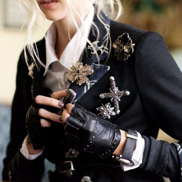 12 образов, как носить брошь, чтобы вами восхищались