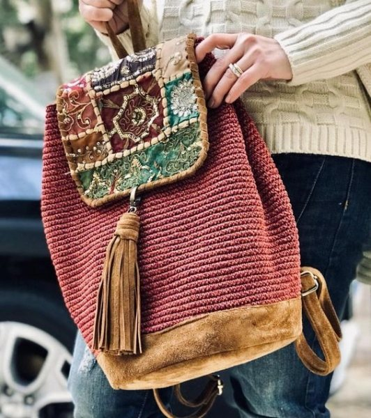 6ac3028c07a0 Завершить стильный образ ноткой вестерна поможет сумка, скроенная по  этническим мотивам. Она сделана из коричневой кожи или ткани и украшена  разноцветной ...