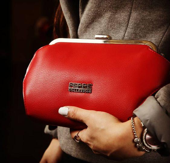 4dad763227a9 Именно поэтому очередным ярким трендом стала сумка в форме кошелька с  застежкой сверху. Носить эту красотку из прошлого можно на плече или в руке  на манер ...
