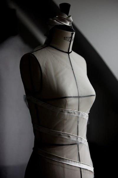 На прозрачное платье Беллы Хадид ушло 650 часов работы и 40 м ткани